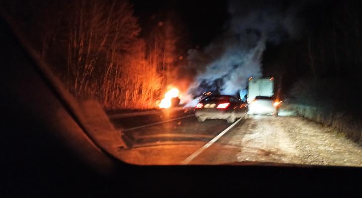 Под Владимиром страшное ДТП: из горящей машины вытаскивают человека