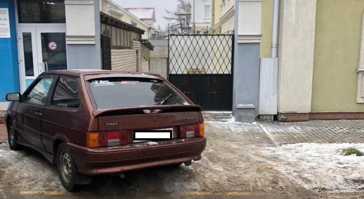 Виртуозы парковки: автохамы из Владимира бросают машины, где попало