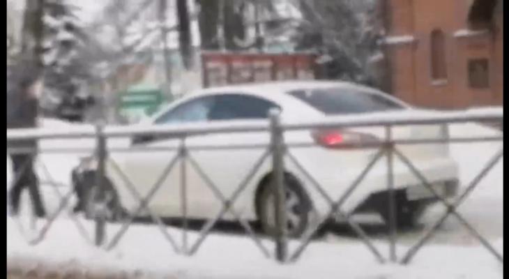 Авария на Студёной горе: легковушка оказалась на тротуаре