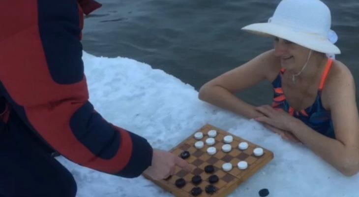 """Владимирские """"моржи"""" играли в шашки в ледяной воде"""