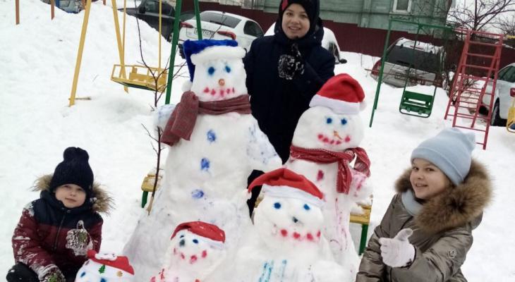 Владимирцы вылепили целую семью снеговиков