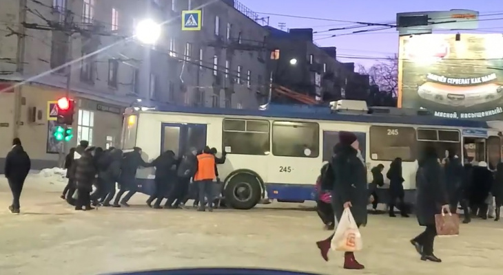 Жители Владимира руками вытолкали застрявший на дороге троллейбус