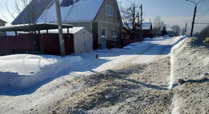 Снегоуборочная техника снова заваливает грязью подходы к частным домам