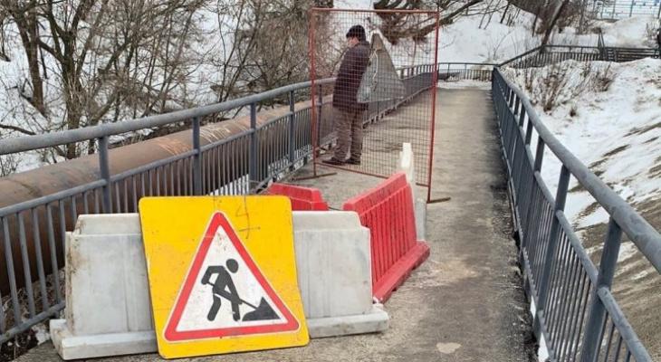 Вход на мост в Веризино, где провалился асфальт, заварили