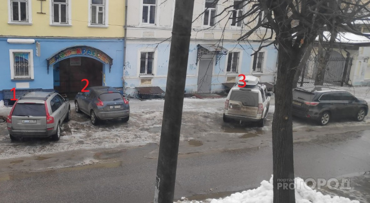 Сразу три машины с закрытыми номерами припарковались на тротуаре в центре Владимира