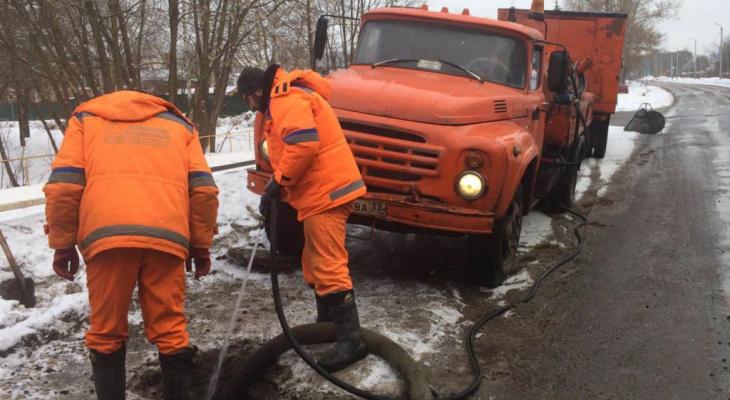 Во Владимире 40 рабочих расчищают ливневки