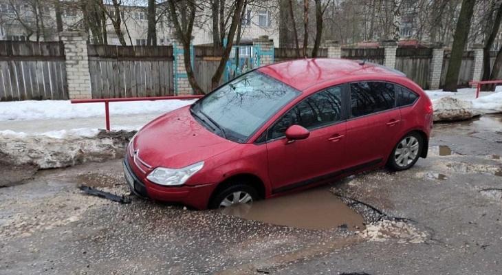 """Дороги в Коврове: """"Сначала осталась без бампера, потом пробила 2 колеса"""""""