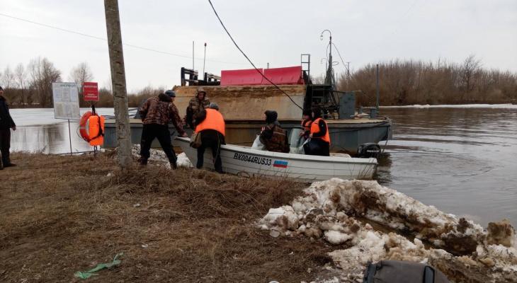 В Вязниках убрали понтонный мост и организовали лодочную переправу