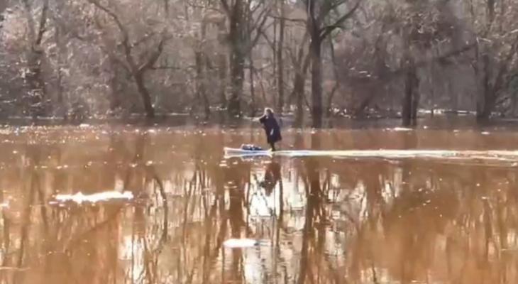 Жительница Владимира устроила сплав по Клязьме на доске для сёрфинга