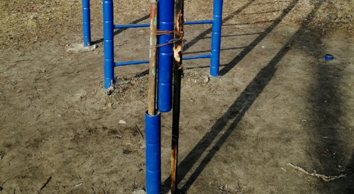 В Коврове в парке спортивный турник отремонтировали тяп-ляп