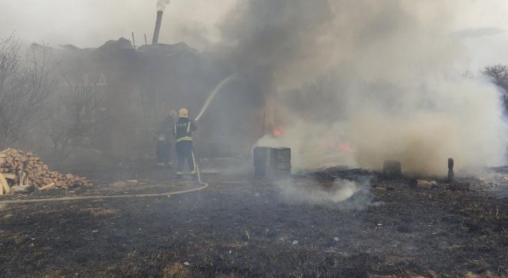 """Сосед погибшей на пожаре: """"Она бросилась в дачный домик спасать свои вещи!"""""""