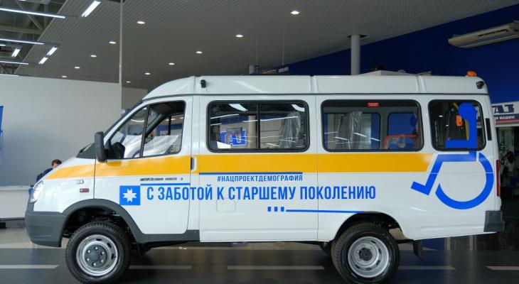 Пожилых людей возят на вакцинацию на социальном транспорте