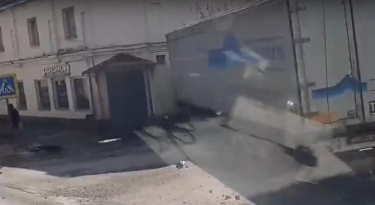В Покрове грузовик въехал в стену дома