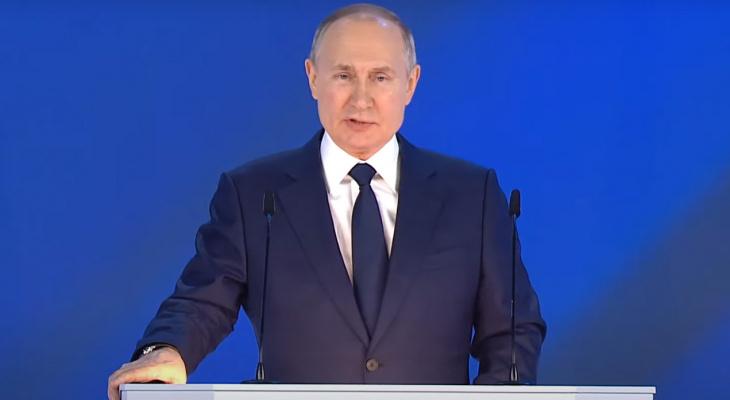 Владимир Путин поручил правительству обеспечить выплату школьникам в 10 000 рублей