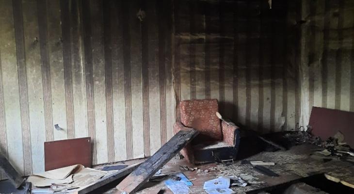 В сгоревшем доме в Добром найден труп повешенного