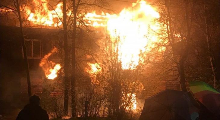 Спасатели сразу после салюта в Коврове отправились на тушение пожара в доме