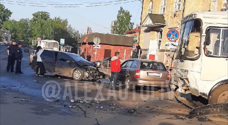 В Александрове столкнулись пассажирский автобус и 2 иномарки