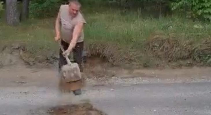 Мужчина из Киржача закидывал глубокие дорожные ямы землёй