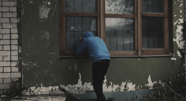 Житель Радужного поочередно убил трех знакомых, приютивших его в квартире