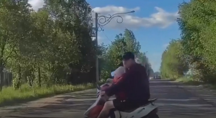 В Александровском районе скутерист с ребенком чудом не погиб под колесами легковушки