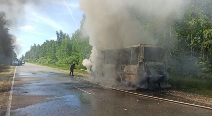 В Камешковском районе загорелся автобус с пассажирами