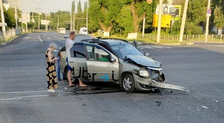 """Во Владимире легковушка от столкновения с такси """"улетела"""" на газон"""