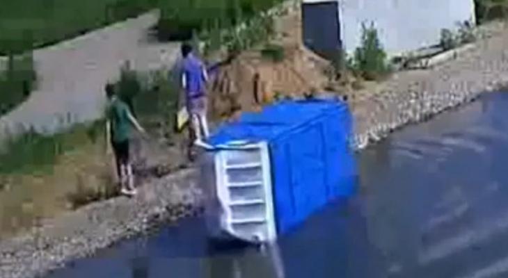 Муромские подростки сбросили в пруд биотуалет