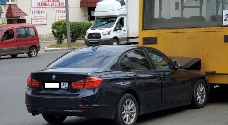Во Владимире автоледи на иномарке влетела в автобус