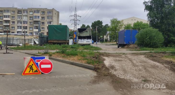 По газону или через все дворы: на Дуброве усложнили выезд от домов