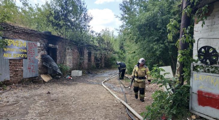 В заброшенном гараже во Владимире горели мусор и покрышки
