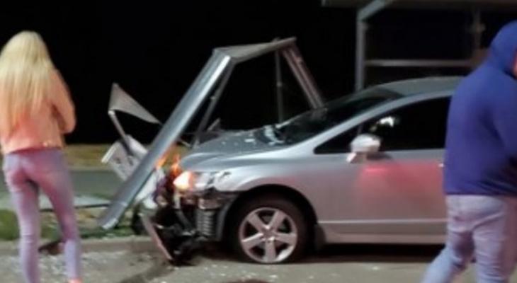 На Студёной горе автомобилист протаранил автобусную остановку