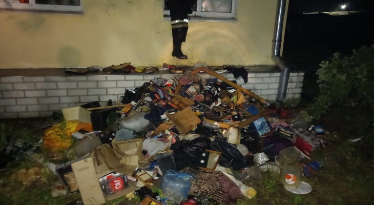 Среди мусора в квартире сотрудники МЧС нашли труп хозяина