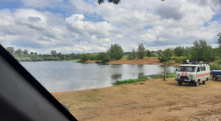 Поплыла на спор: пьяная женщина едва не утонула в озере
