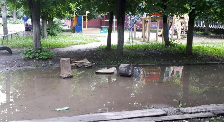 Выходишь из подъезда - и плыви: во Владимире двор похож на настоящую заводь