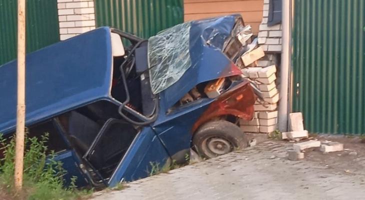 """Машина всмятку: автомобилист на """"Жигулях"""" влетел в забор"""